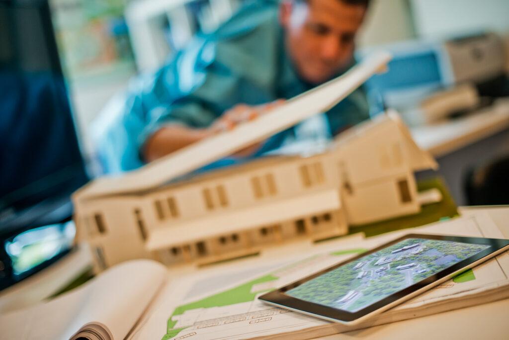 Architekten in Verbindung mit der Facility Management baut den Haus mit der neuesten Technologie.