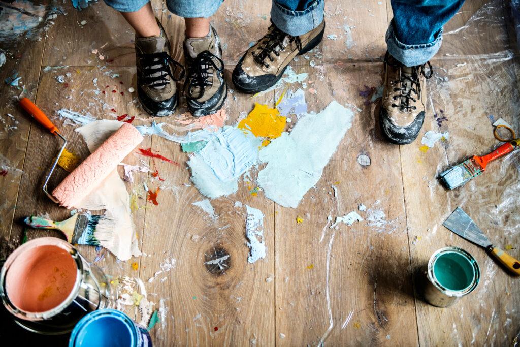 Farbe auf dem Boden zum Malen des Hauses